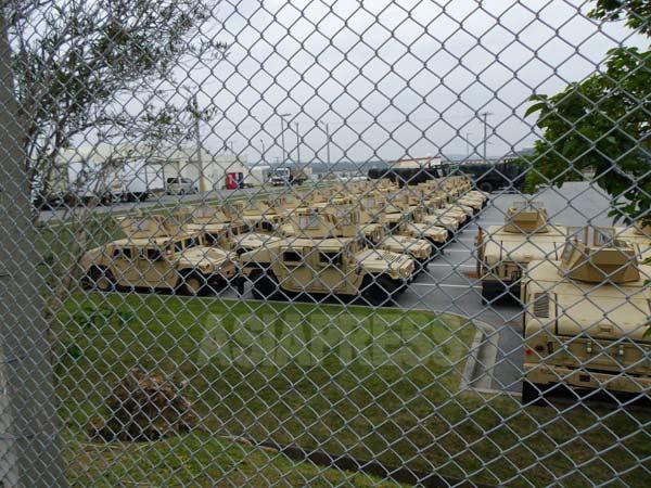 軍用車両が並ぶ、沖縄の米海兵隊基地キャンプ・ハンセン(撮影:吉田敏浩)