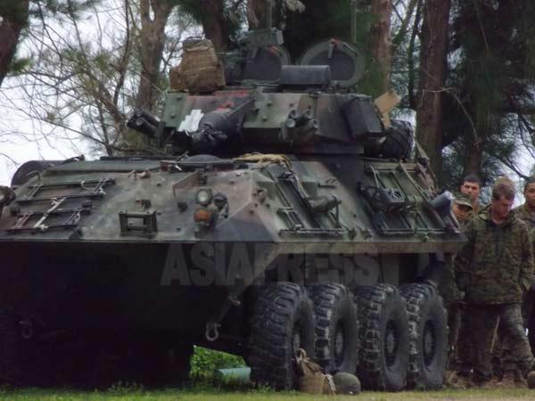 沖縄の米海兵隊基地ブルービーチ訓練場で訓練中の米軍装甲車と米兵たち(撮影:筆者)