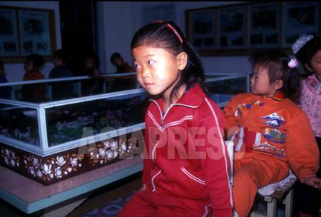 平壌市の万景峰(マンギョンボン)にある金日成の生家の模型のある特別室で、金日成の生い立ちについて学ぶ幼稚園生たち 1998年4月 咸鏡北道恩徳(ウンドク)郡 石丸次郎撮影