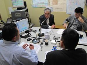 ラジオフォーラムの収録で語る小出裕章さん(中央正面)