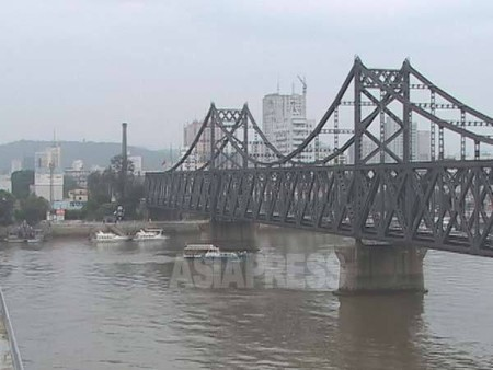 中国と北朝鮮を結ぶ鴨緑江大橋。2004年9月 アジアプレス撮影 (C)アジアプレス