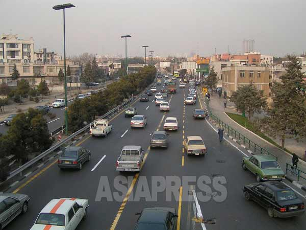24時間体制の国際放送では、外国人スタッフに乗り合いの送迎サービスを提供している。女性スタッフには必須のサービスだ。写真はテヘラン市街の自動車道(2006年撮影)