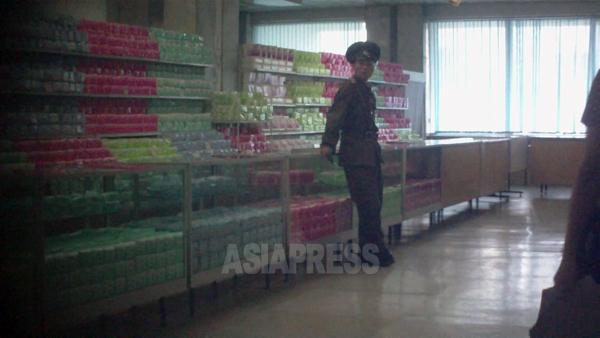 陳列用の生理用品。北朝鮮の商店は大体カウンターの向こうに商品を並べるので客が手に触れられない。一人ぽつんと立っているのは保安員。(写真はすべて2011年9月 ク・グァンホ撮影)