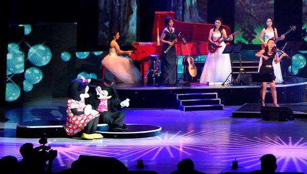 金正恩氏の肝いりで新設されたという牡丹峰楽団の公演の様子。ミニスカートの女性も登場した。朝鮮中央テレビからキャプチャ。