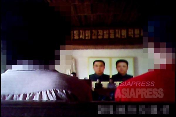 北朝鮮のある地方都市で行われた党組織の政治学習集会の様子。学習会の内容は金正恩の「唯一指導体系」の強化を訴えるもので、張成沢氏粛清の理由として強調されたのが「唯一指導体系違反」だったことから、張氏粛清の準備がすでに始まっていたことが伺える(2013年夏撮影、(C)アジアプレス)