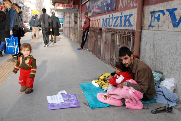 トルコに避難したシリア人たちのなかには、難民キャンプが定員オーバーなどの理由から、都市部に流れる人びとが少なくない。2か月前にアレッポから逃げてきた避難民の家族は路上で生活をしていると話した。【トルコ南東部ディヤルバクルにて 1月:玉本英子撮影】