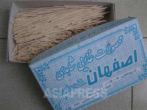 イランで売られている乾麺(レシテ)。イランではこれを煮込み料理の具材として、ふやけるまで煮込んでしまうが、さっと湯でて冷水でしめれば、なんとか日本のうどんのように食すことも可能だ。つわりで苦しむ妻も、このレシテで作った温かいうどんはよく食べた。(撮影筆者)