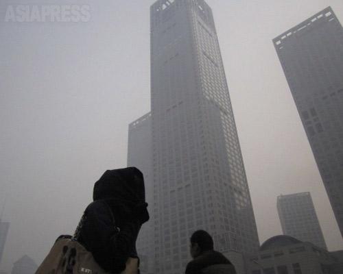 大気汚染で霞む高層ビル 2014年2月15日 北京・国貿にて、撮影 宮崎紀秀