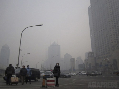 視界は数十メートル?マスクをつけて歩く人も増えた。 2014年2月15日北京・国貿にて、撮影 宮崎紀秀
