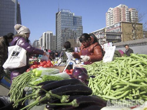 市街地の中にある青空市場。2014年2月19日、北京・朝外北街にて。撮影 宮崎紀秀