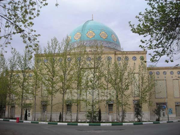 タルビヤテ・モダッレス大学のモスク。どこの大学にもモスクはあり、大抵はバスィージ(体制派民兵)の学生事務所を兼ねている(撮影筆者・テヘラン・2007年)