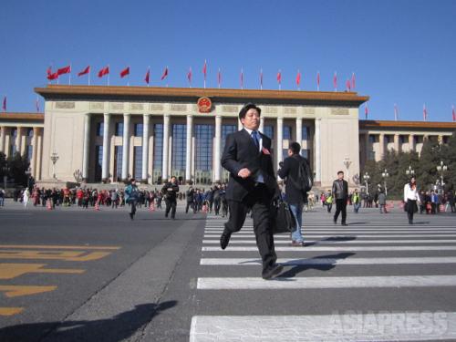 閉幕と同時に人民大会堂から溢れ出す人たち 2014年3月13日 北京・天安門広場 撮影 宮崎紀秀