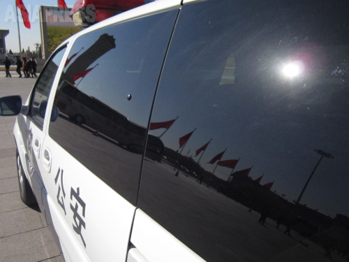 天安門広場には送迎バスや警察車両 2014年3月13日 北京・天安門広場 撮影 宮崎紀秀