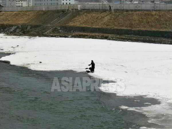 鴨緑江の水は洗濯、飲用にも用いられる。3月21日に中国長白県から撮影 (アジアプレス)