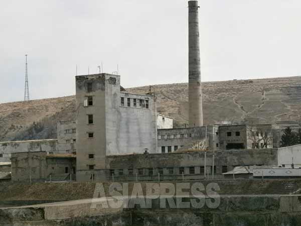 うらぶれた様相を呈する工場。(写真:アジアプレス)