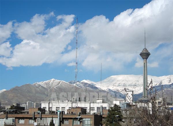 2月、テヘラン市街から見上げるエルブルース山脈(撮影筆者)
