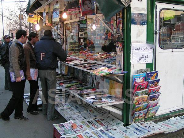 テヘランの街中に立つキオスク。お菓子、飲み物、新聞、雑誌、テレフォンカードなどが売られる。店番を兼ねて、狭い店内で夜を明かす売り子も多い(撮影筆者)