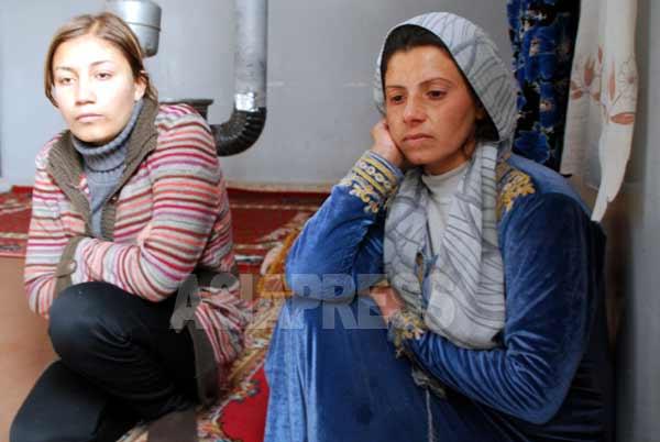 戦闘が激しくなったシリア中部のラッカ県から2か月前に脱出し、北西部のアイン・アル・アラブに逃れた避難民、ハジル・カワスさん(右)と親戚の女性。学校跡地に身を寄せて避難生活をおくる(シリア北西部・アレッポ県アイン・アル・アラブ 1月撮影:玉本英子)