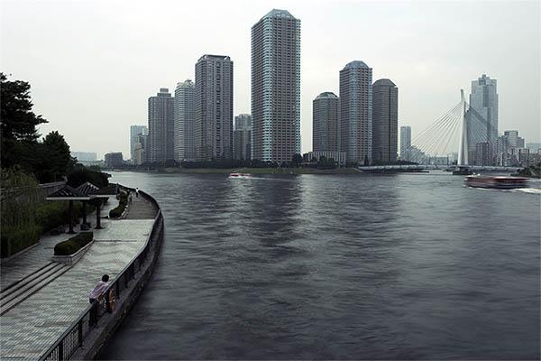 永代橋上から隅田川を眺める。1923年9月3日午後4時、この橋の付近で朝鮮人30人以上が殺害され、その遺体が隅田川を流れていった。(2013年撮影:yekava roboto)