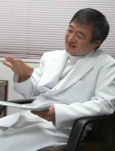 阪南医療生協診療所(岸和田市)の眞鍋穣医師(写真)は福島県からの避難・移住者の健診も実施。検査結果は必ずCDで本人に渡している。(撮影:新聞うずみ火)