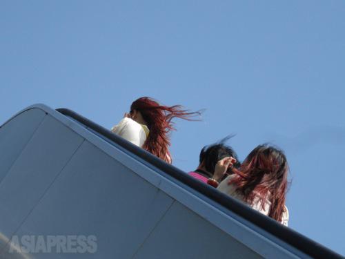 おしゃれに染めた髪が藍天になびく。 2014年5月2日 北京・西単 撮影 宮崎紀秀