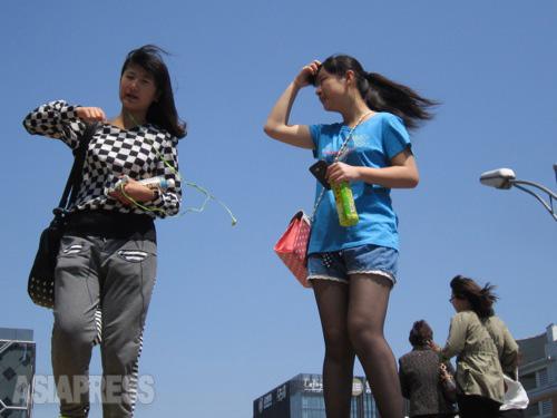 北京で青空が広がる時期はほんの一時。 2014年5月2日 北京・西単 撮影 宮崎紀秀
