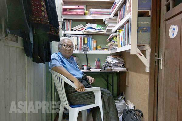 【間借りした小屋の小さな書斎でジャーナリスト活動を続けていた在りし日のウィンティン氏(2013年2月 撮影・宇田有三)】