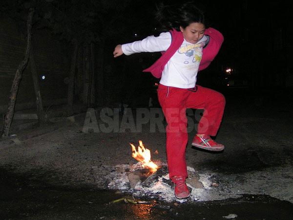 これもイスラム以前から残るイランの伝統行事チャハルシャンベ・スーリー。イラン暦でその年の最後の水曜の晩、火の上を飛び越え、翌年の無病息災を祈る。ゾロアスター教が由来とされる(撮影筆者)