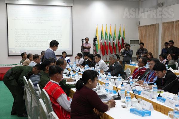ミャンマー政府と少数民族武装勢力との間で締結をめざしている全土停戦協定案についての協議が最大都市ヤンゴンで5月21日から23日まで開催された。6月にも再度協定案についての協議が行なわれる予定(5月23日撮影・赤津陽治)