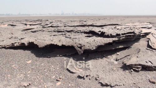 レアアース湖岸の土は層のようになっていた(2013年5月22日)