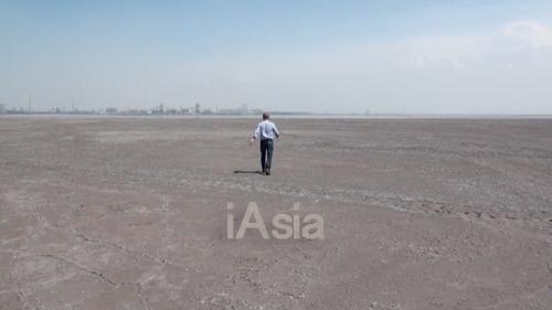 レアアース湖の岸を歩く筆者。辺りに草木は全くない(2013年5月22日)