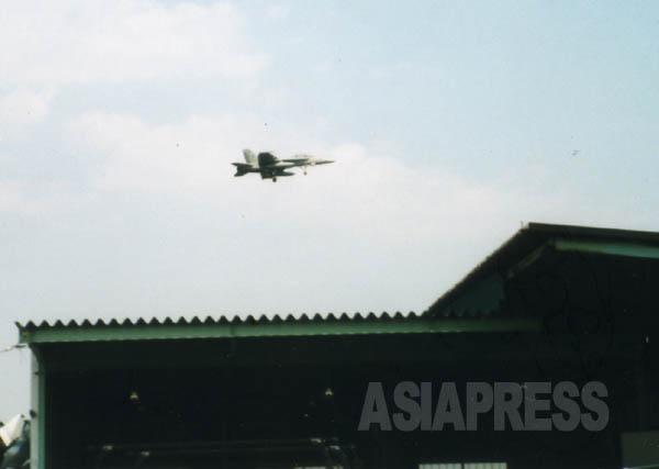 厚木基地周辺の住宅地の上空を訓練飛行する米軍機(撮影:吉田敏浩)