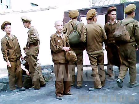 栄養失調で護送される人民軍兵士の一団。金正恩政権は財政難で軍人も食べさせられなくなっている。 2011年7月平安北道 キム・ドンチョル撮影
