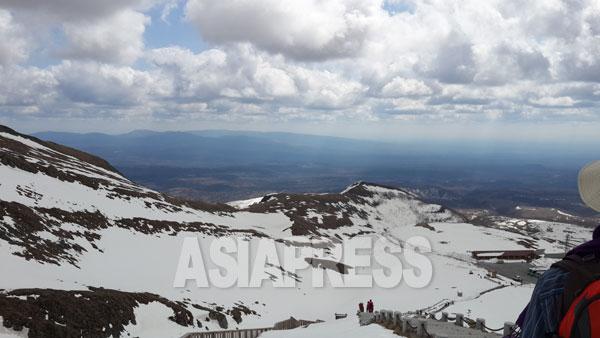 白頭山からの下山途中、「満州」の大地の広がりに目を奪われた。白頭山の観光シーズンは5月から11月までだ。5月下旬 撮影 朴永民/アジアプレス