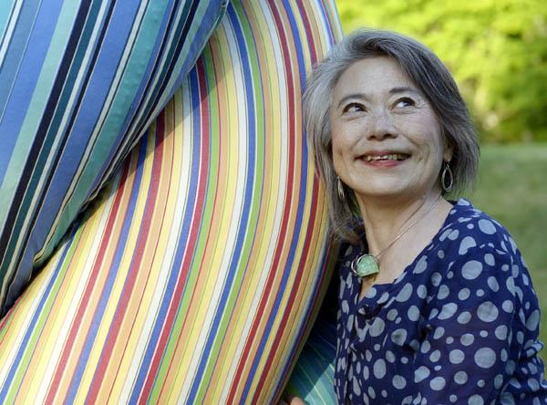 巨大な縄の塔、「NAWA Axis for Peace」制作を指揮する、環境芸術家、八木マリヨさん。(ニューヨーク州イーストハンプトン5月31日午後撮影・YUNA YAGI)