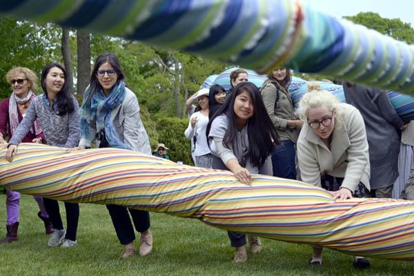 ニューヨーク市民と日本からの参加者、あわせて90人が、互いに協力しあい、一本の巨大な縄を綯(な)う。(ニューヨーク州イーストハンプトン5月31日午後撮影・YUNA YAGI)