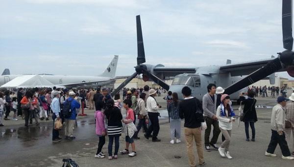 山口県岩国市の米海兵隊岩国航空基地が一般公開された日、展示されたオスプレイに大勢の人たちが足を止めていた(5月5日撮影・矢野宏)