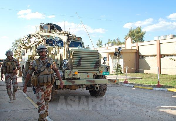 フセイン政権崩壊後、米軍の軍事訓練と装備供与を受けて再編された新生イラク軍。モスルで武装勢力掃討作戦を展開していた。だが、イスラム過激組織がシリア内戦と連動する形で勢力を伸ばし、モスルを「制圧」した。写真はイラク軍兵士と最新鋭の防爆装輪装甲車MRAP。(2010年・モスル・撮影:玉本英子)