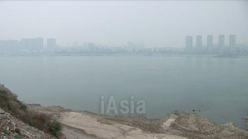 揚子江が流れる湖北省宜昌市. 写真 2013年11月湖北省宜昌市