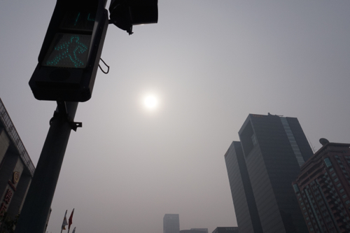 撮影は午前9時頃。太陽がかすんでいる。 6月19日北京の永安里にて 撮影 宮崎紀秀