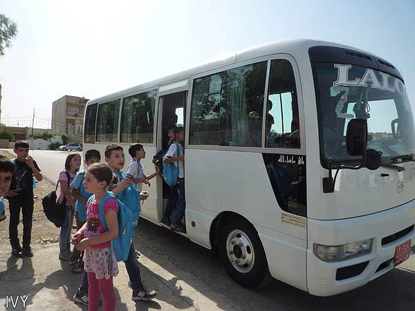 日本のNGO、IVYは、ガラワナ補習校への送迎バスを3台を用意し、各家庭が毎月支払う交通費の一部を負担も始めたが、活動支援金の不足から、その負担ができなくなる可能性が出てきた(2014年6月・西村梨沙さんイラク北部アルビルにて撮影)