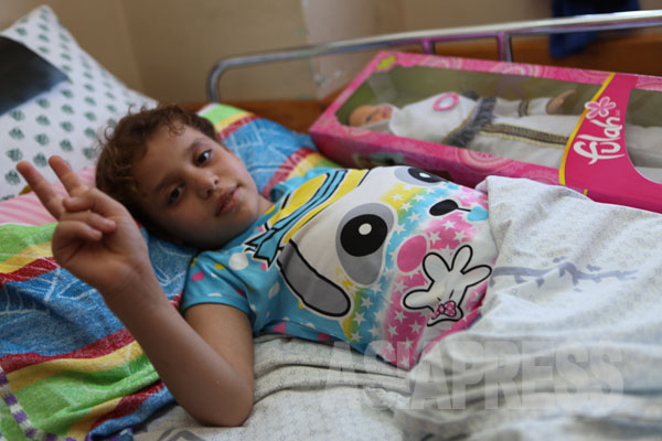 シャヘド・アルーイールさん(10歳)は避難していたベイト・ハヌーンにある国連の学校で、イスラエル軍の攻撃にあった。彼女の頭部のレントゲン写真には、耳の下に白い破片が見える。(7月28日ガザ地区シェファ病院で  撮影・古居みずえ)