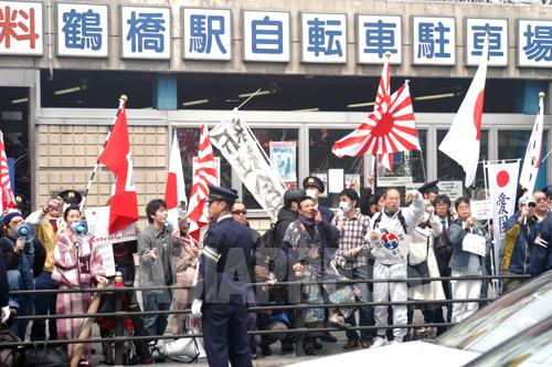 大阪市の鶴橋で情宣する「在特会」らのグループ。社会の関心の高まりで、差別的な情宣の参加者は徐々に減っている。2013年3月 撮影石丸次郎