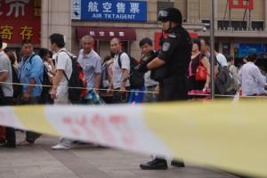 自動小銃で警戒にあたる警察官。2014年7月9日 北京駅。 撮影 宮崎紀秀