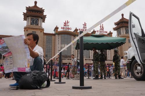 厳戒体制は日常的な光景になりつつある。 2014年7月9日 北京駅。 撮影 宮崎紀秀