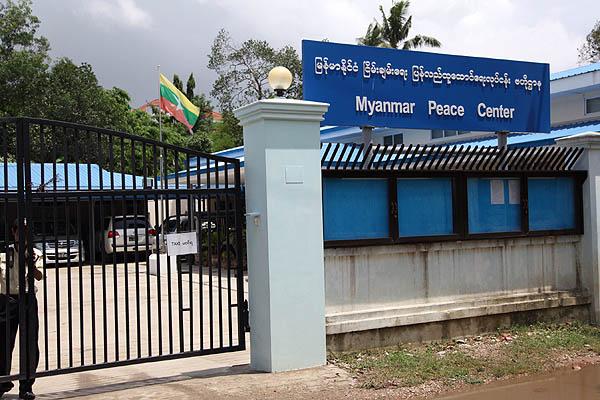 ヤンゴン市内のミャンマー・ピース・センター前。国軍の化学兵器製造疑惑を報じた週刊紙記者らに懲役10年の判決が下されたことを受け、ミャンマー人記者たちが12日、無言の抗議デモをおこなった。(2014年5月赤津陽治撮影)