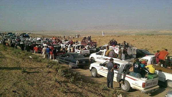 8月3日、シリア国境に近い、イラク北部ニナワ県シンジャルが「イスラム国」に制圧された。住民のほとんどはクルド人で、ヤズディ教徒だ。そのため一神教であるイスラム教徒の過激勢力から攻撃対象になってきた。写真はシンジャル市から逃げるヤズディ教徒の住民たち(8月3日、携帯電話にて撮影・アドナン・オスマン)