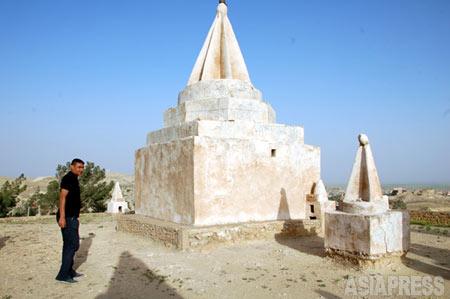 ヤズディ教徒の聖者が眠る三角錐の聖塔「コップ」。今回の「イスラム国」の制圧で、すでに破壊された。(イラク・ニナワ県シンジャルにて2011年5月撮影・玉本英子)