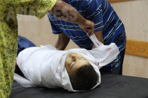アブ・ジャベル家は、ブレッジ難民キャンプにあり、イスラエル軍の攻撃を受けた。壊された家の下から次々と家族の遺体が発見された。16人が亡くなった。(7月29日ガザ地区 撮影・古居みずえ)
