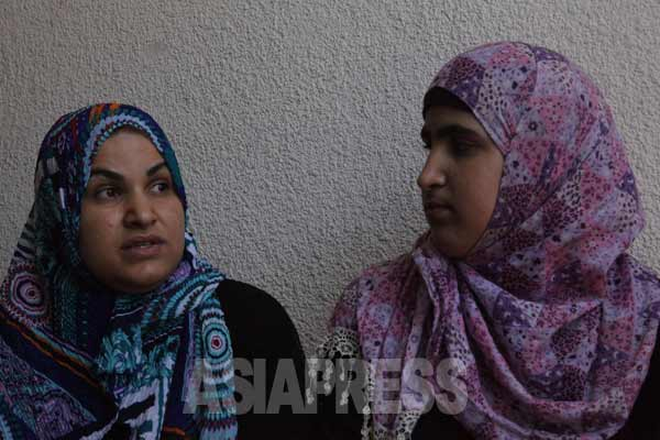 ベイトハヌーンから避難している姉妹。左が姉のナハラさん、右が妹のサマラさん。2014年7月31日 撮影 古居みずえ